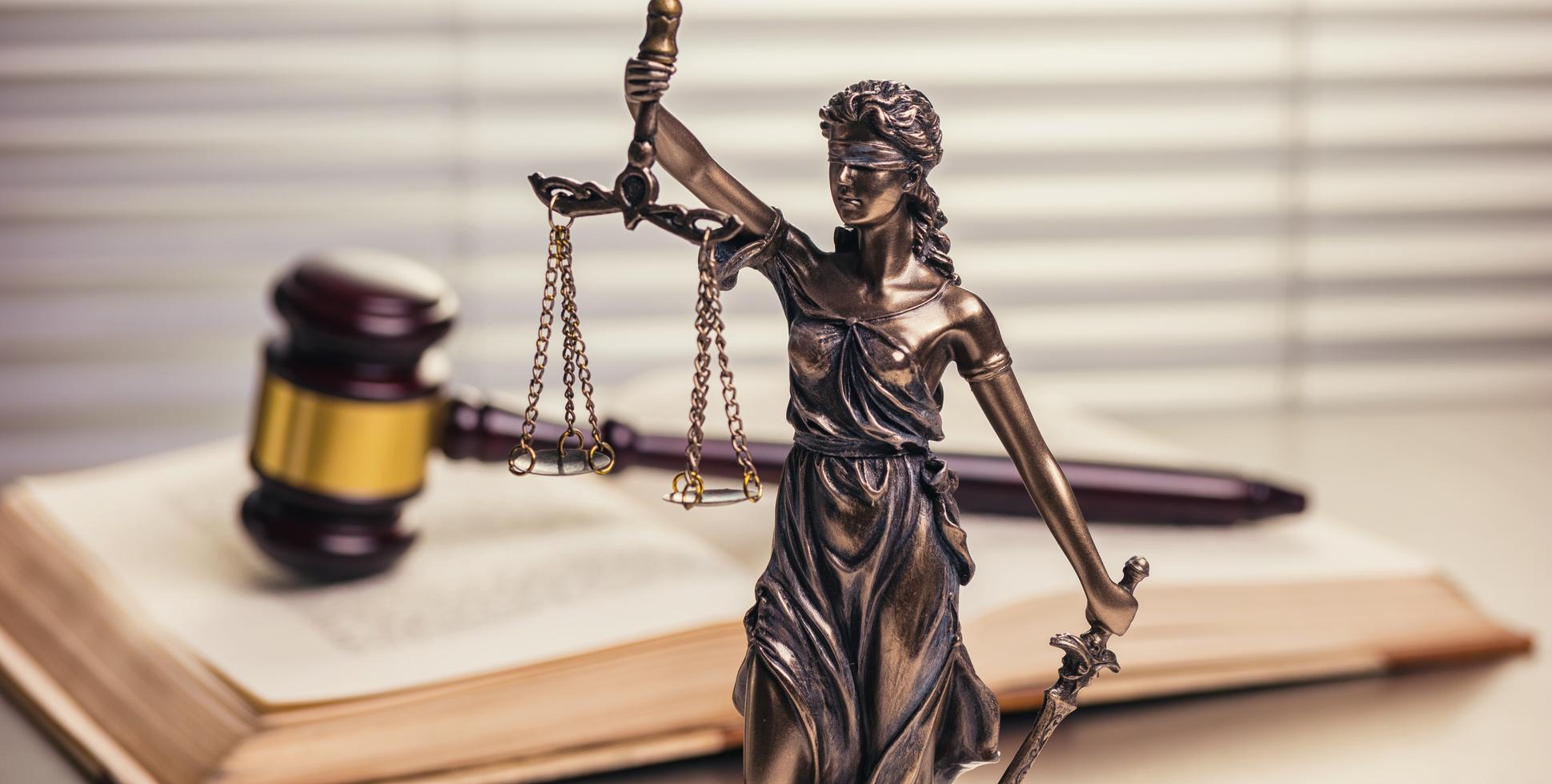 Rechtliches in Form einer Justicia Statue